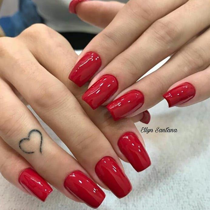 Unhas Longas Vermelhas